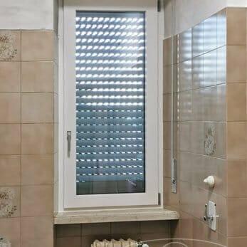 La nuova finestra in alluminio del bagno