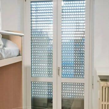 Nuova porta finestra in alluminio della camera con tapparella chiusa