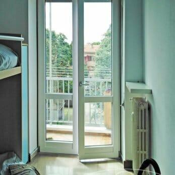 Nuova porta finestra in alluminio della camera con tapparella aperta